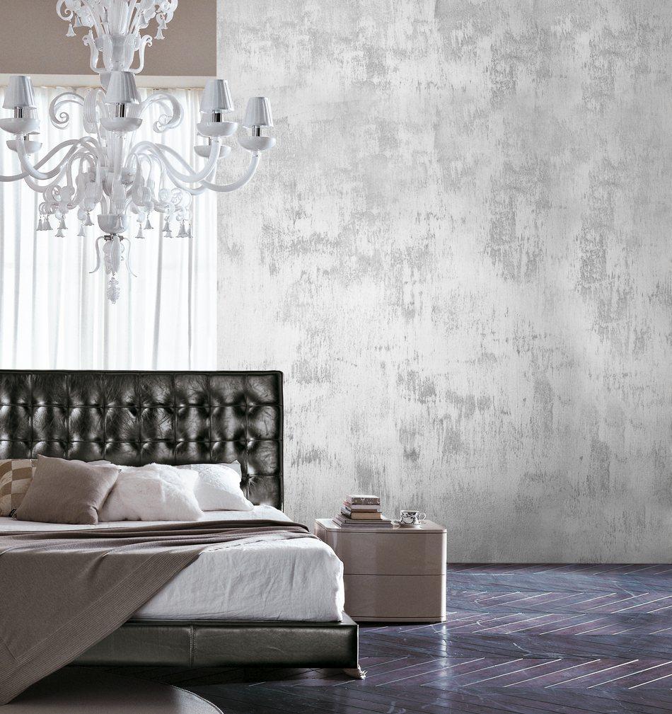 Серебристая шпаклевка в отделке спальни