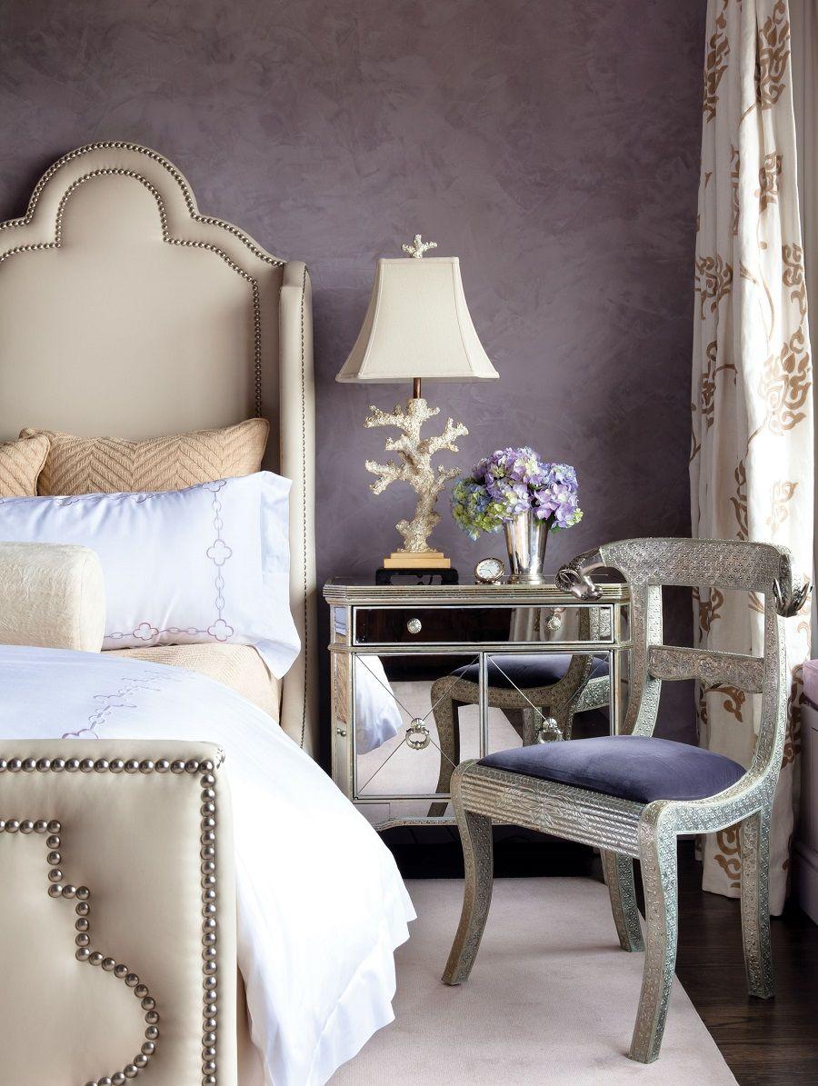Темно-фиолетовая шпаклевка в отделке спальни