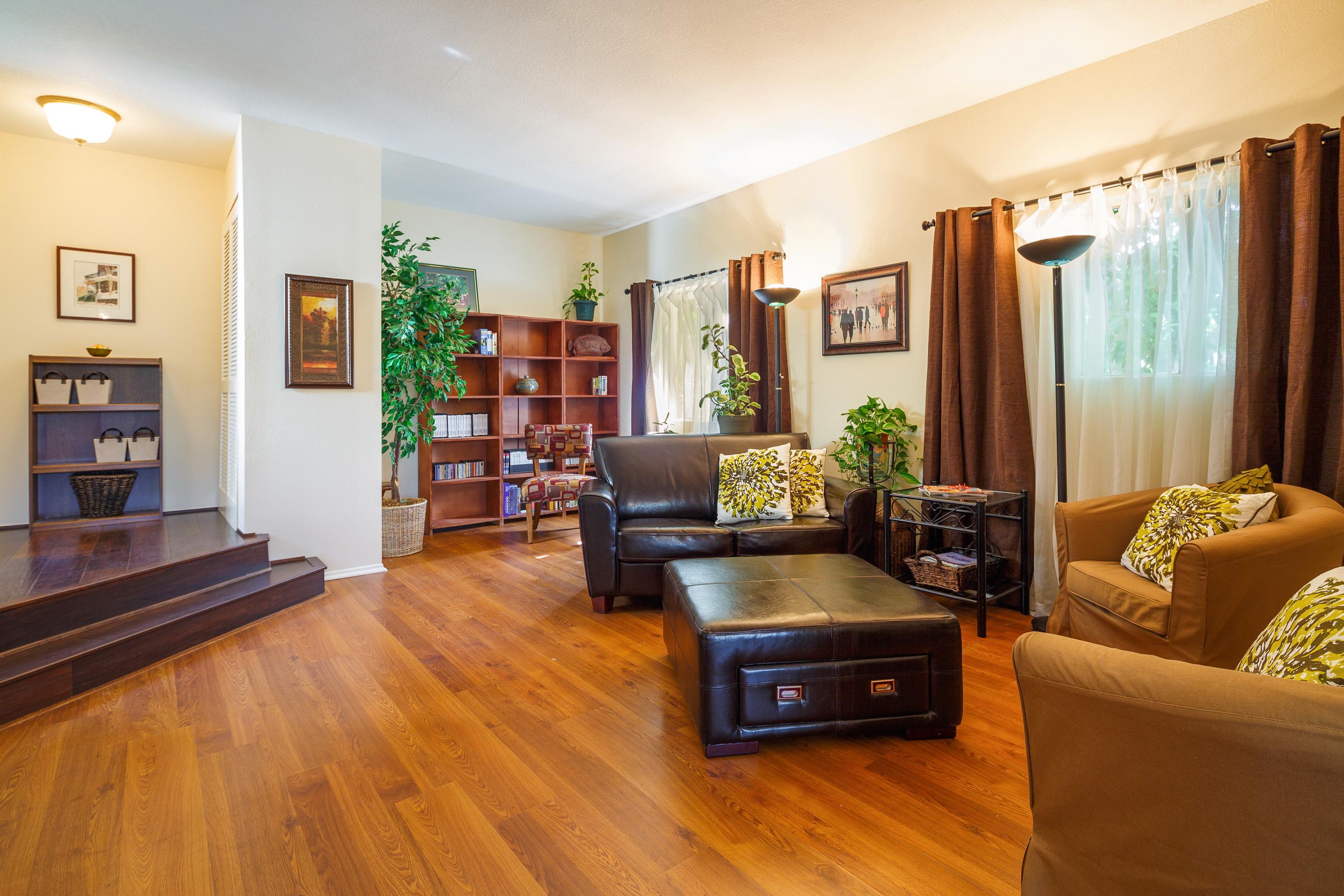 Гостиная с двумя окнами и винтажной мебелью