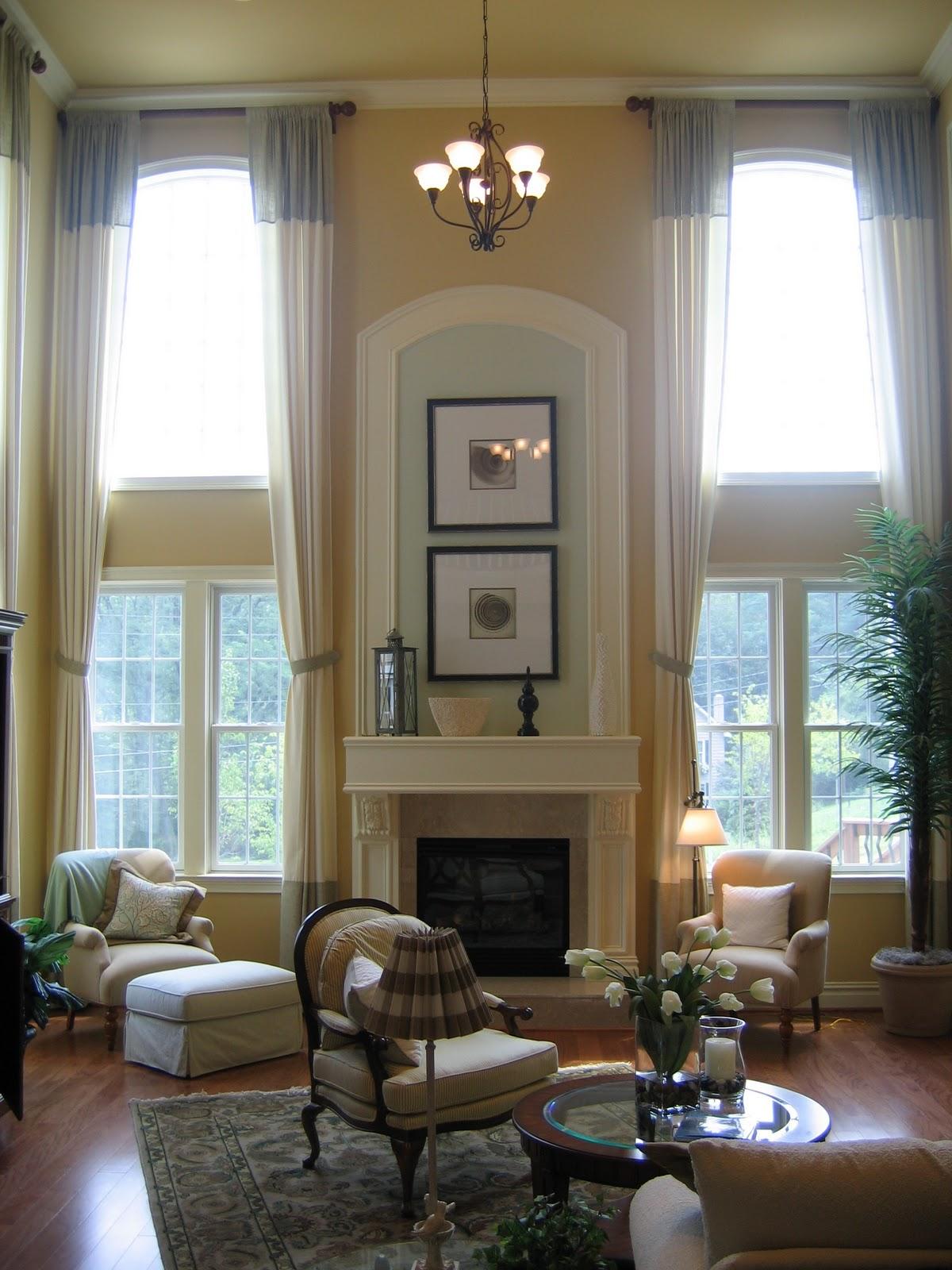 Гостиная с двумя высокими окнами