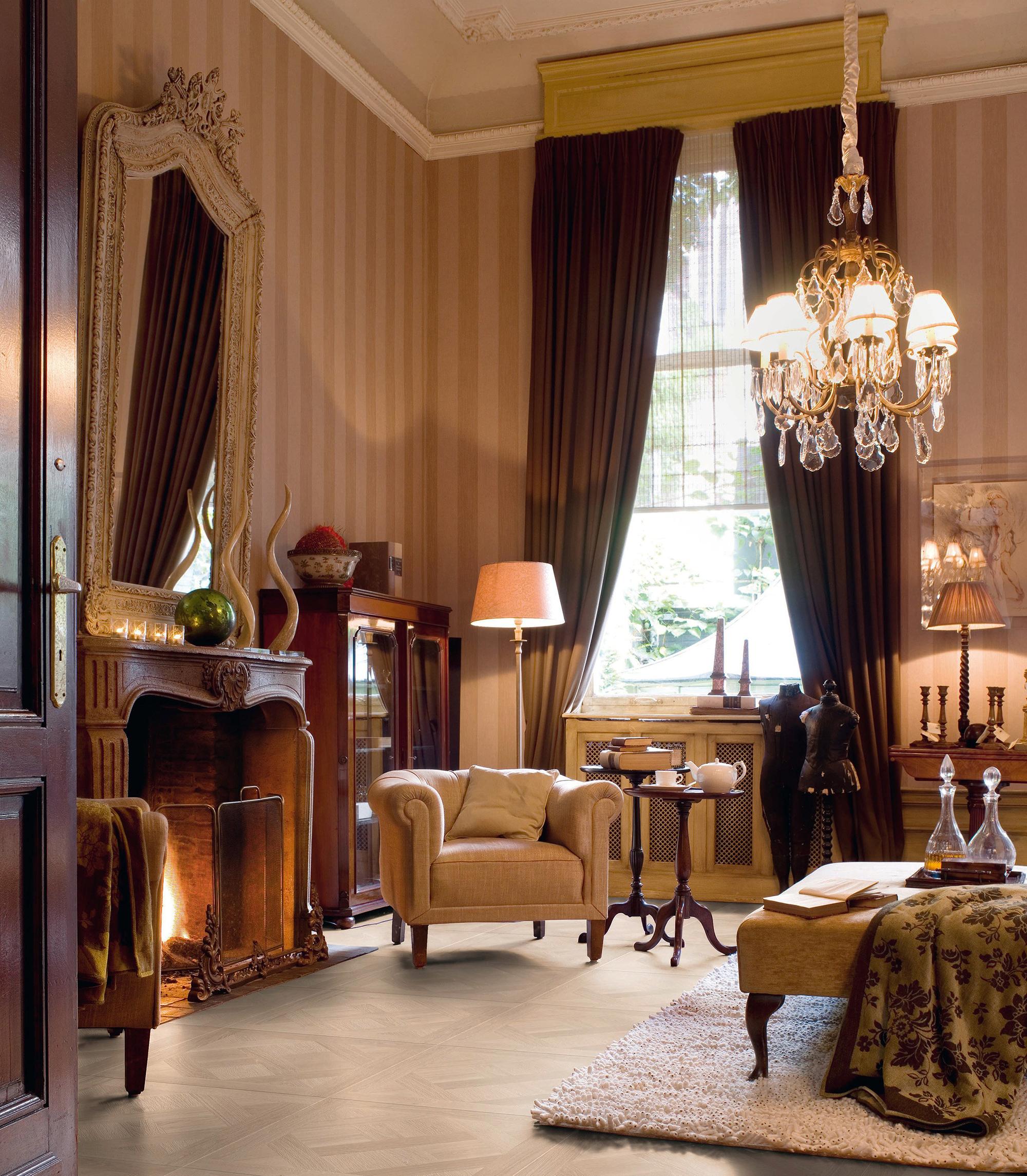 Ламинат с имитацией дерева в гостиной с камином