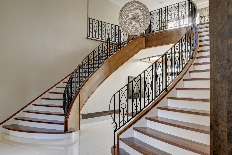 Перила для лестницы в загородном доме