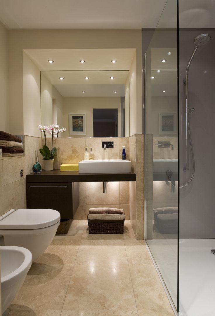Бежевая ванная комната с зеркалом