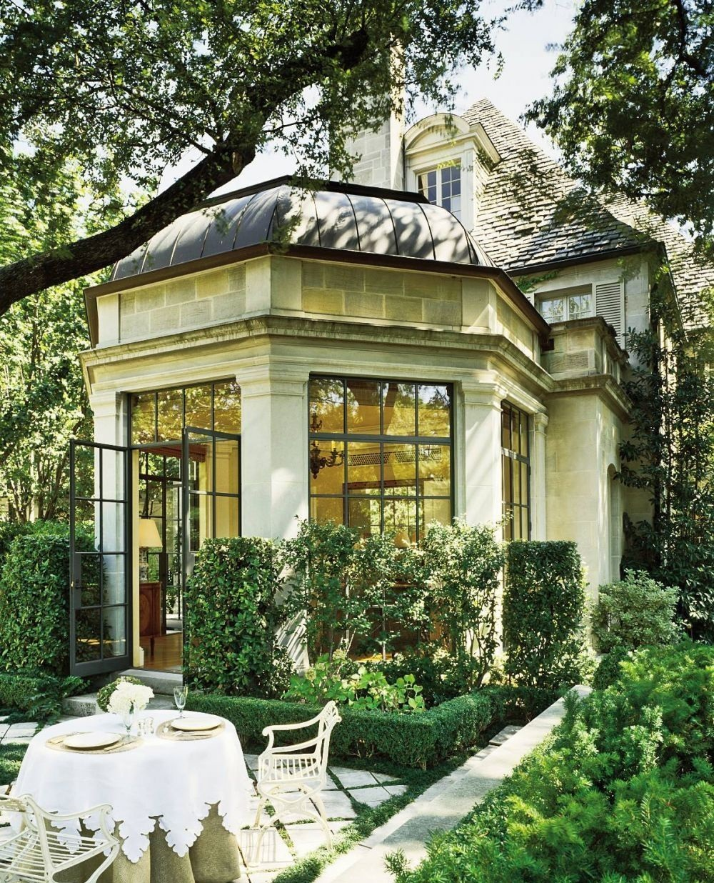 Красивая пристройка-зимний сад в доме