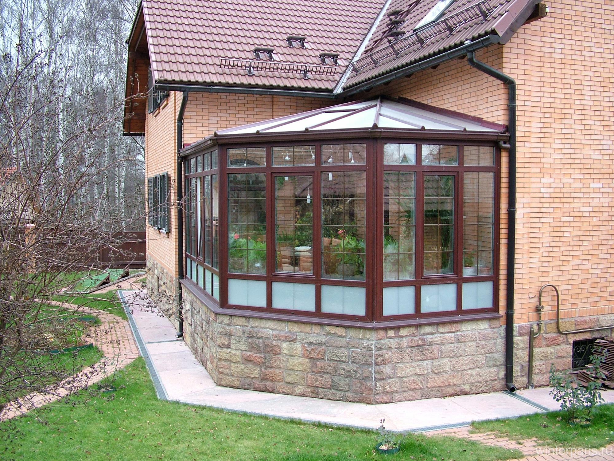 Небольшой пристрой дома с зимним садом
