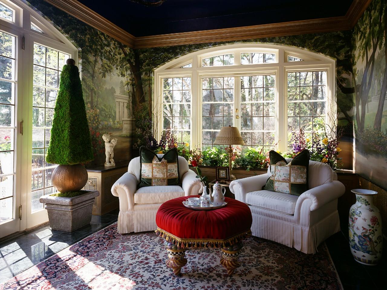 Уютная гостиная-зимний сад в доме