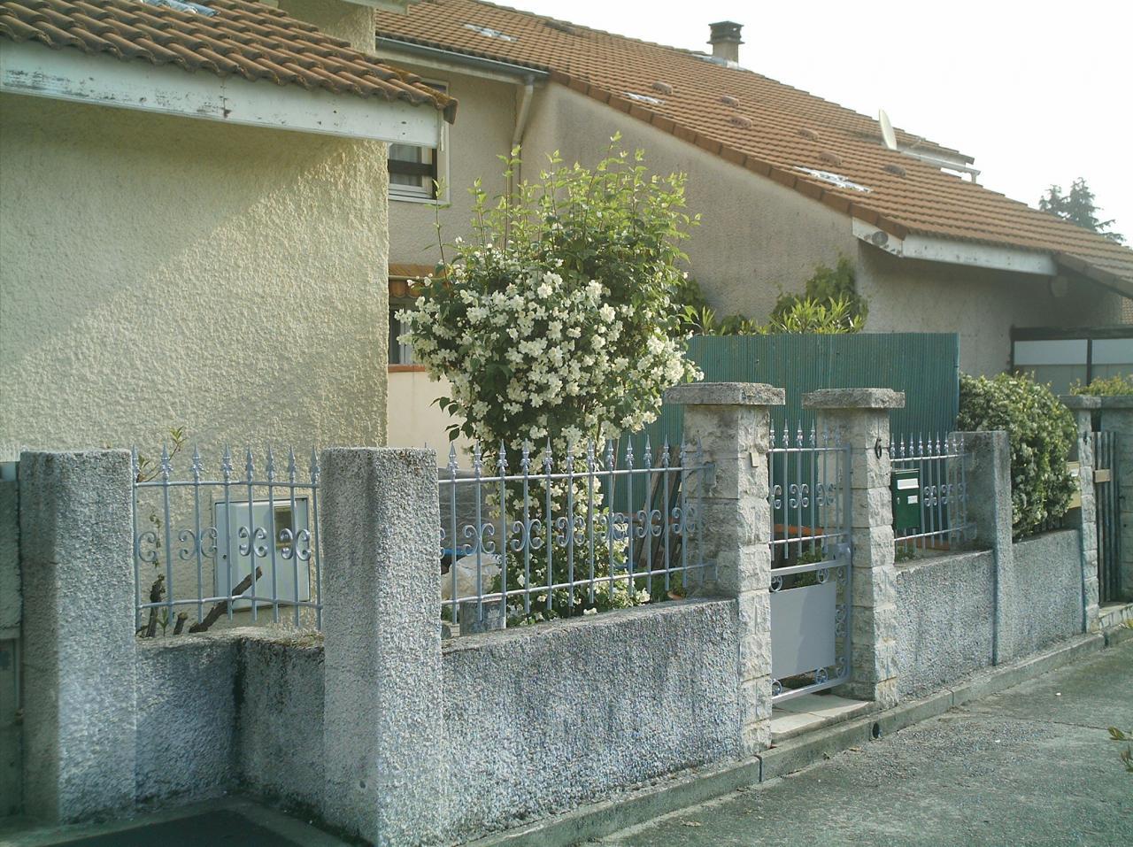 Кованый забор с бетонными столбиками
