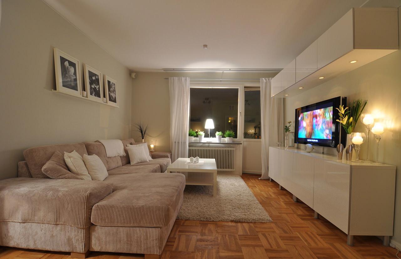 Бежевый диван в светлой гостиной