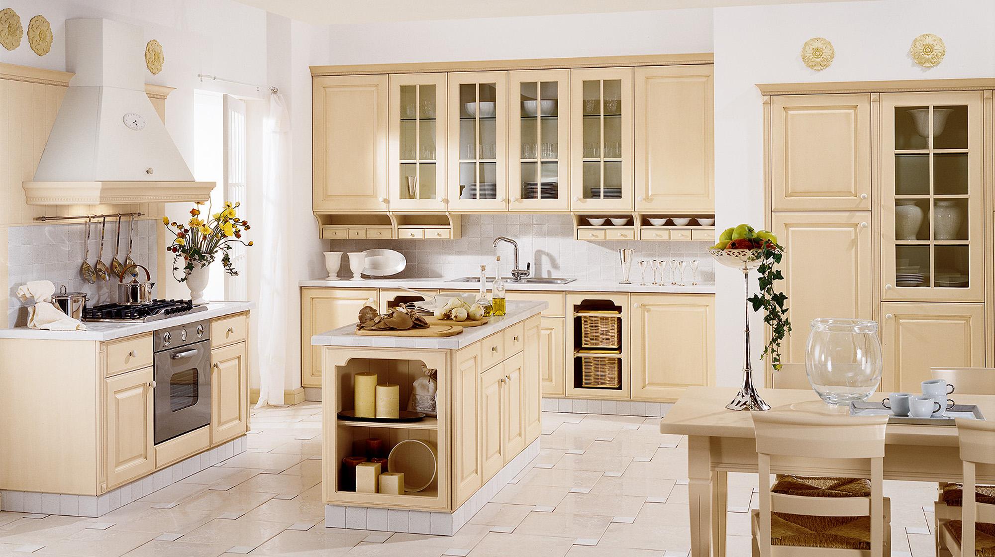 Бежевый гарнитур на кухне в стиле кантри
