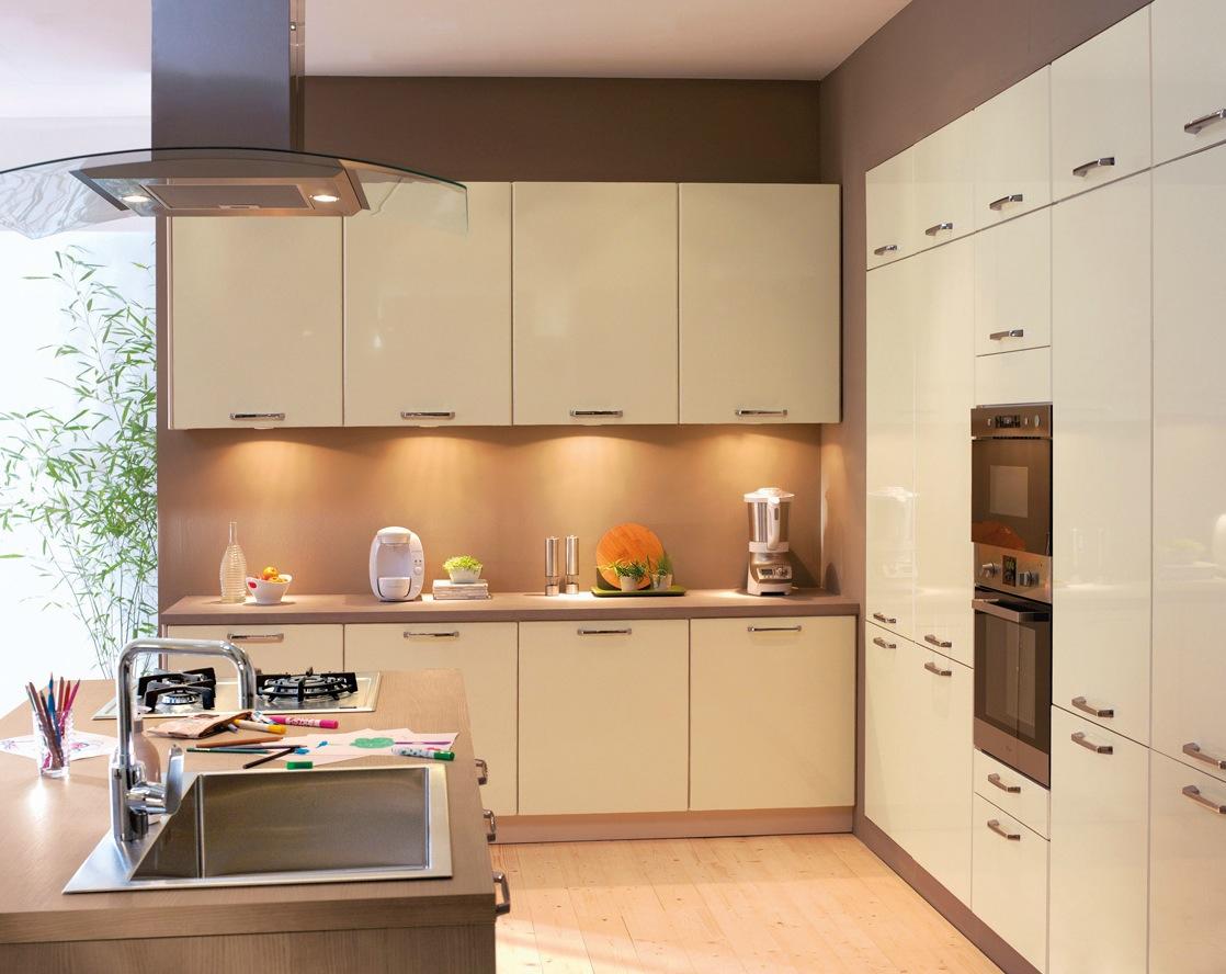 Бежевый глянцевый гарнитур в современной кухне
