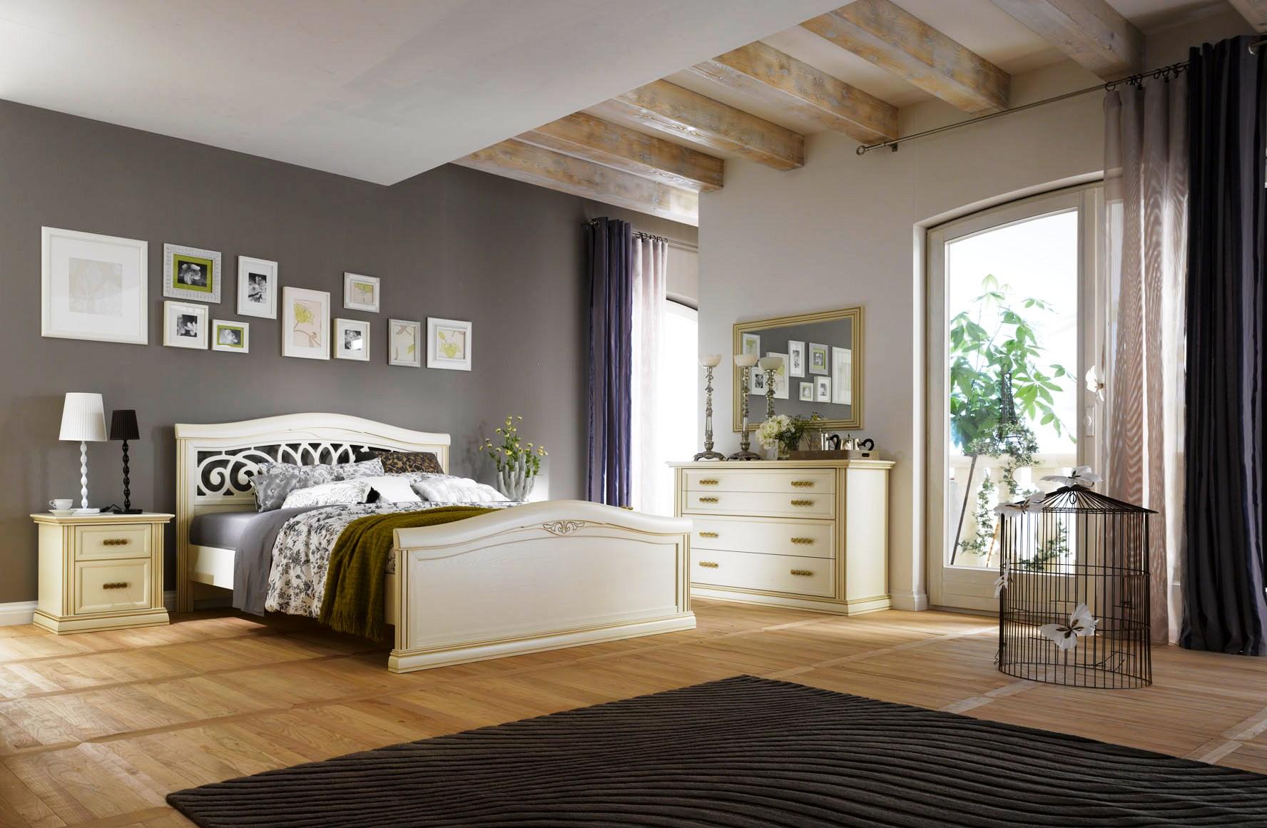 Бежевая кровать, тумба и комод в спальне