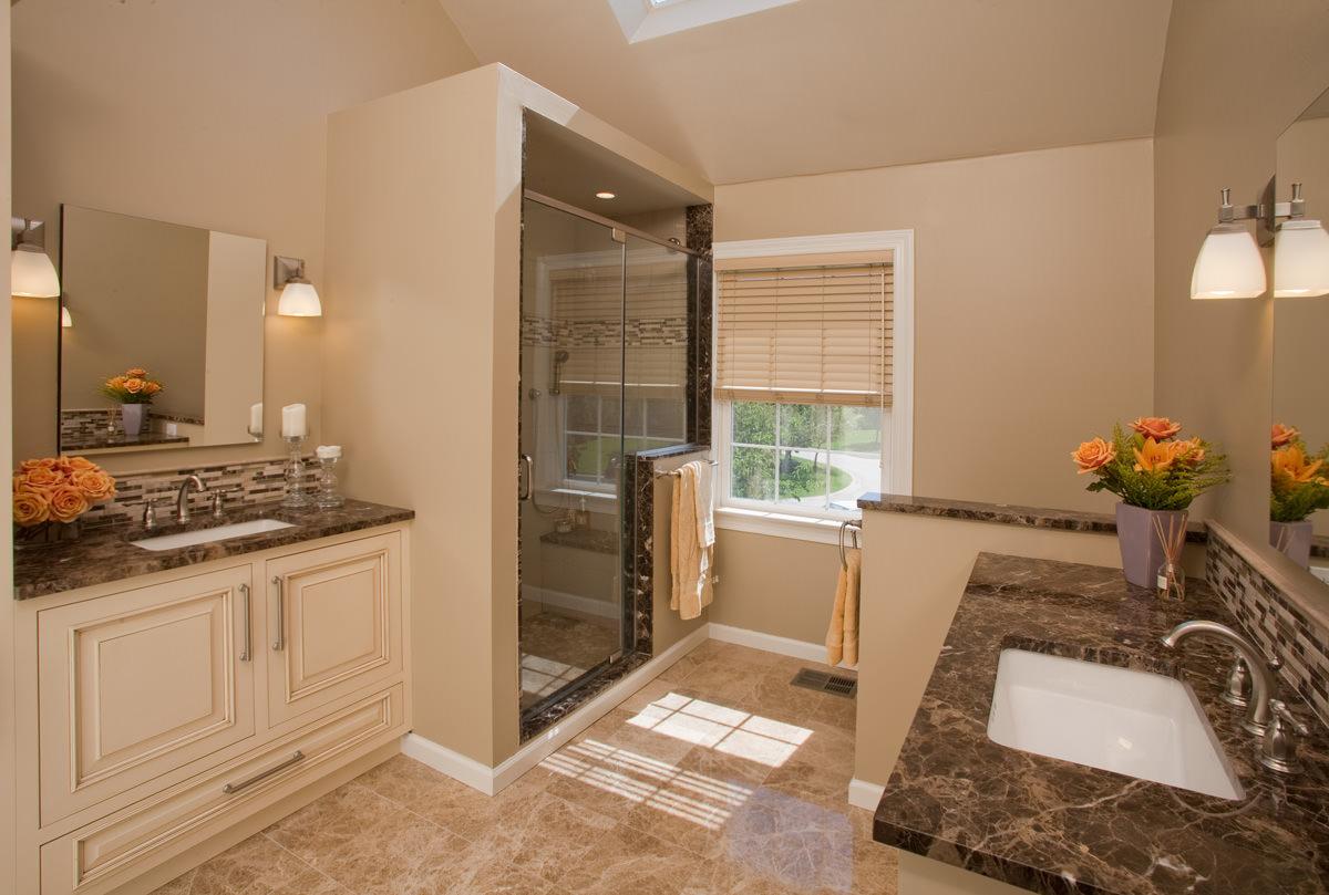 Бежевая мебель в современной ванной