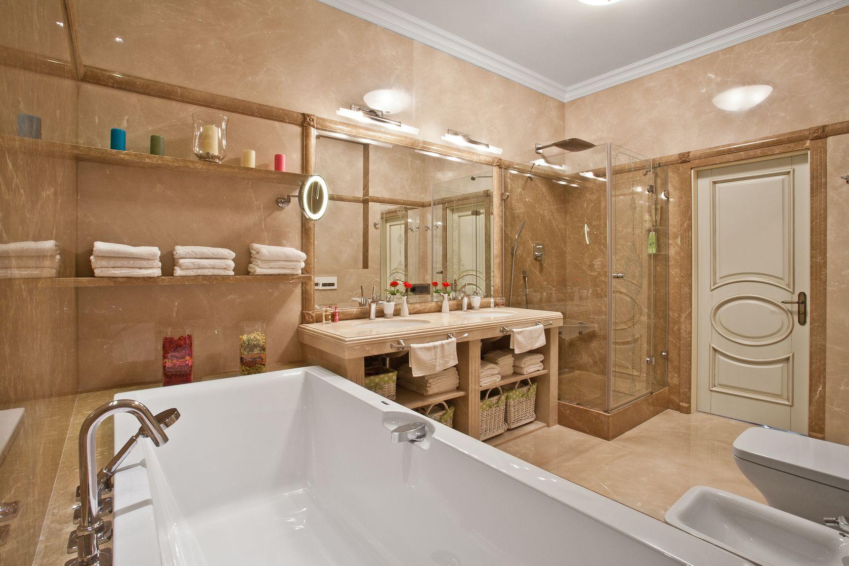 Бежевая мебель в просторной ванной