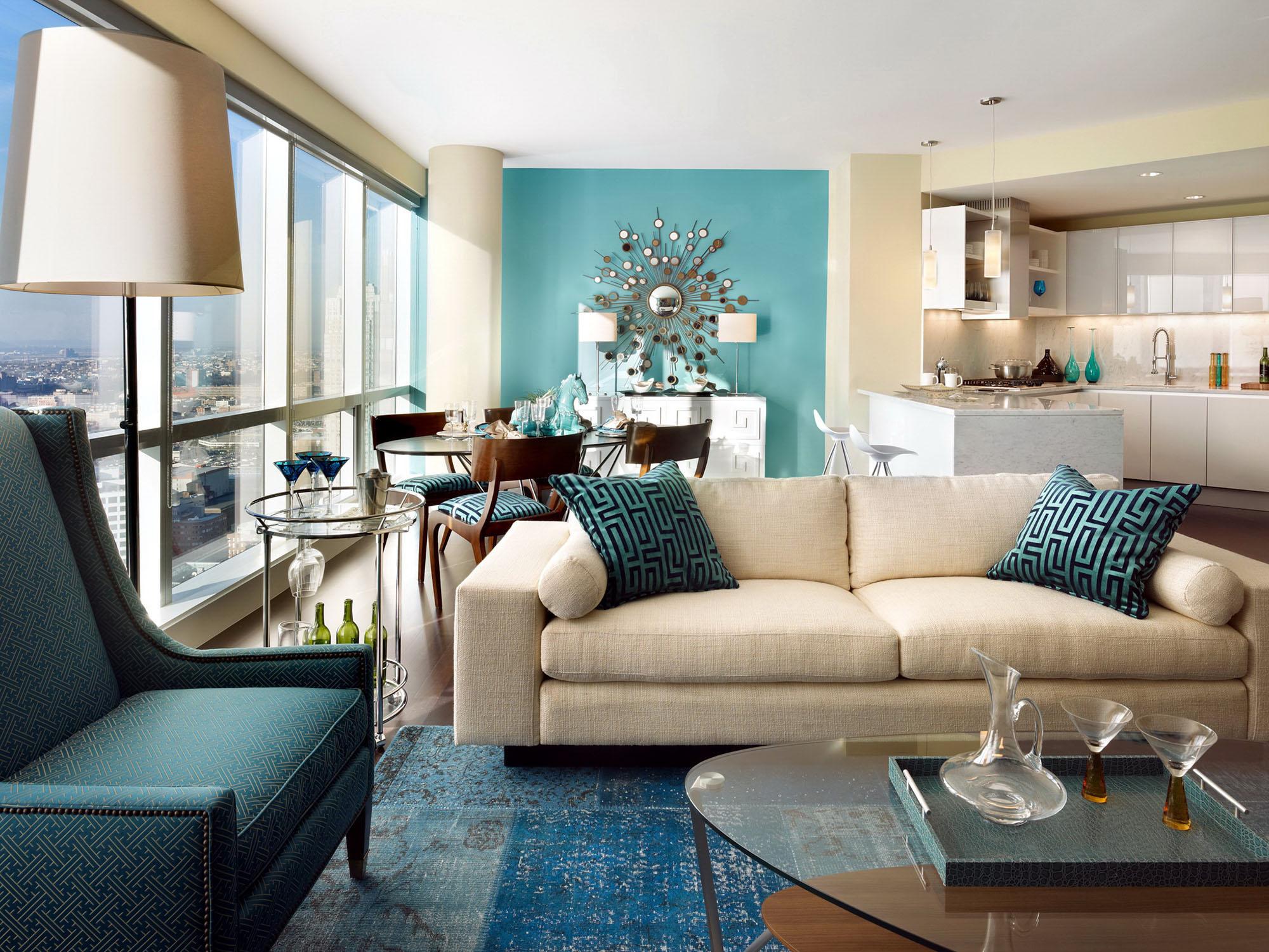 Бежевый диван в гостиной-кухне