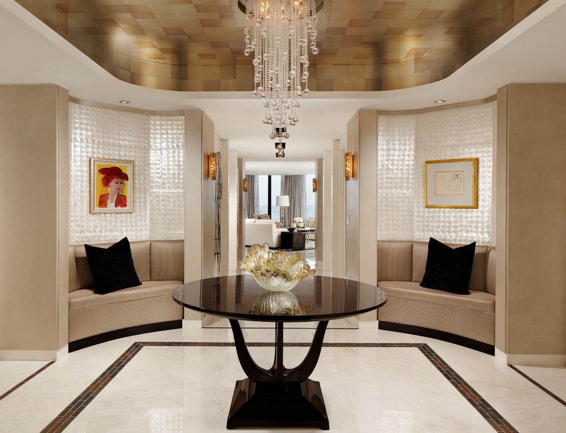 Бежевая и черная мебель в холле