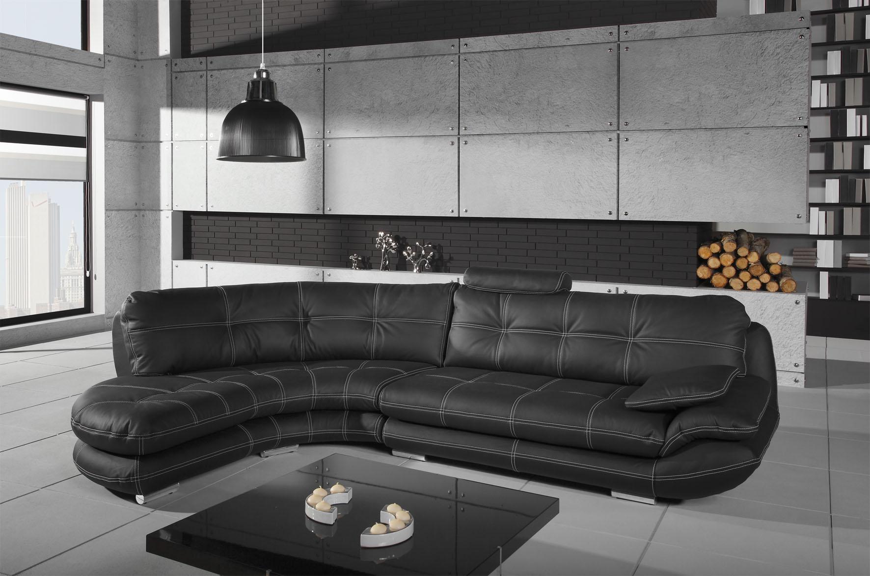 Черный угловой диван в гостиной