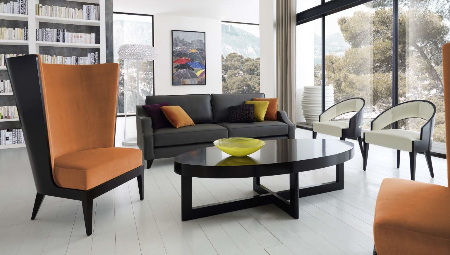 Черно-оранжевая мебель в гостиной