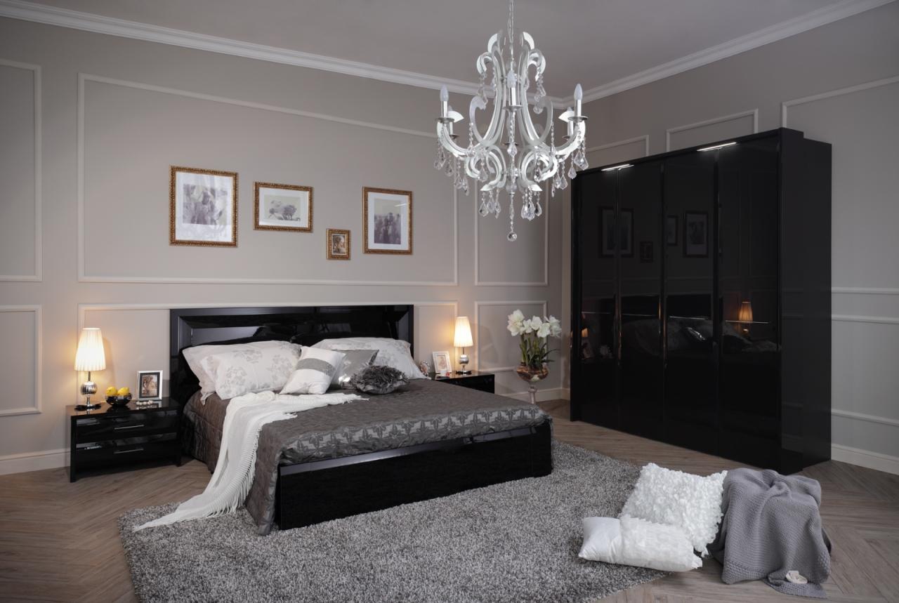 Черная кровать, тумба и шкаф в спальне