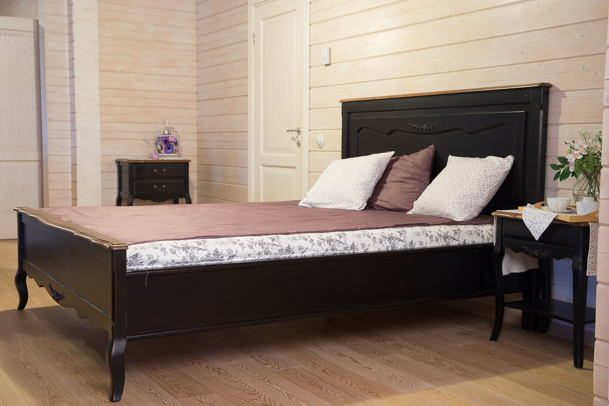 Черная кровать и тумбы в стиле кантри в спальне