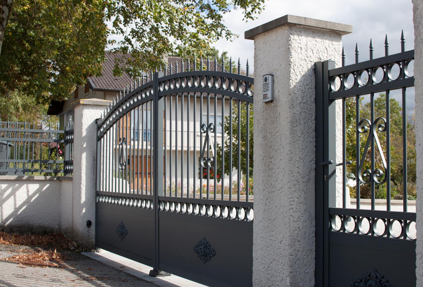 Черный кованый забор