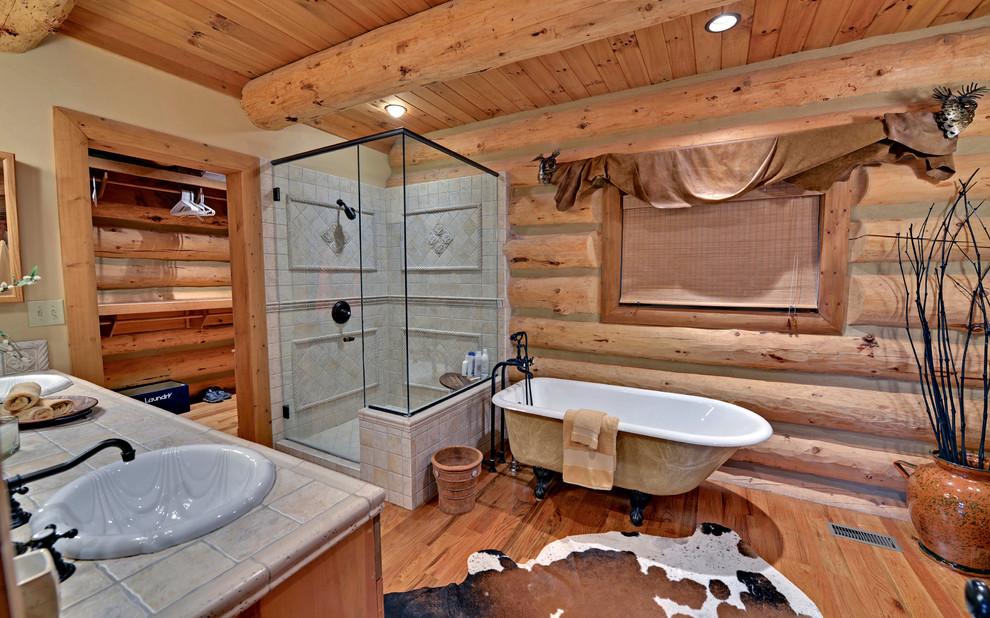 Дизайн ванной с душем в деревянном доме