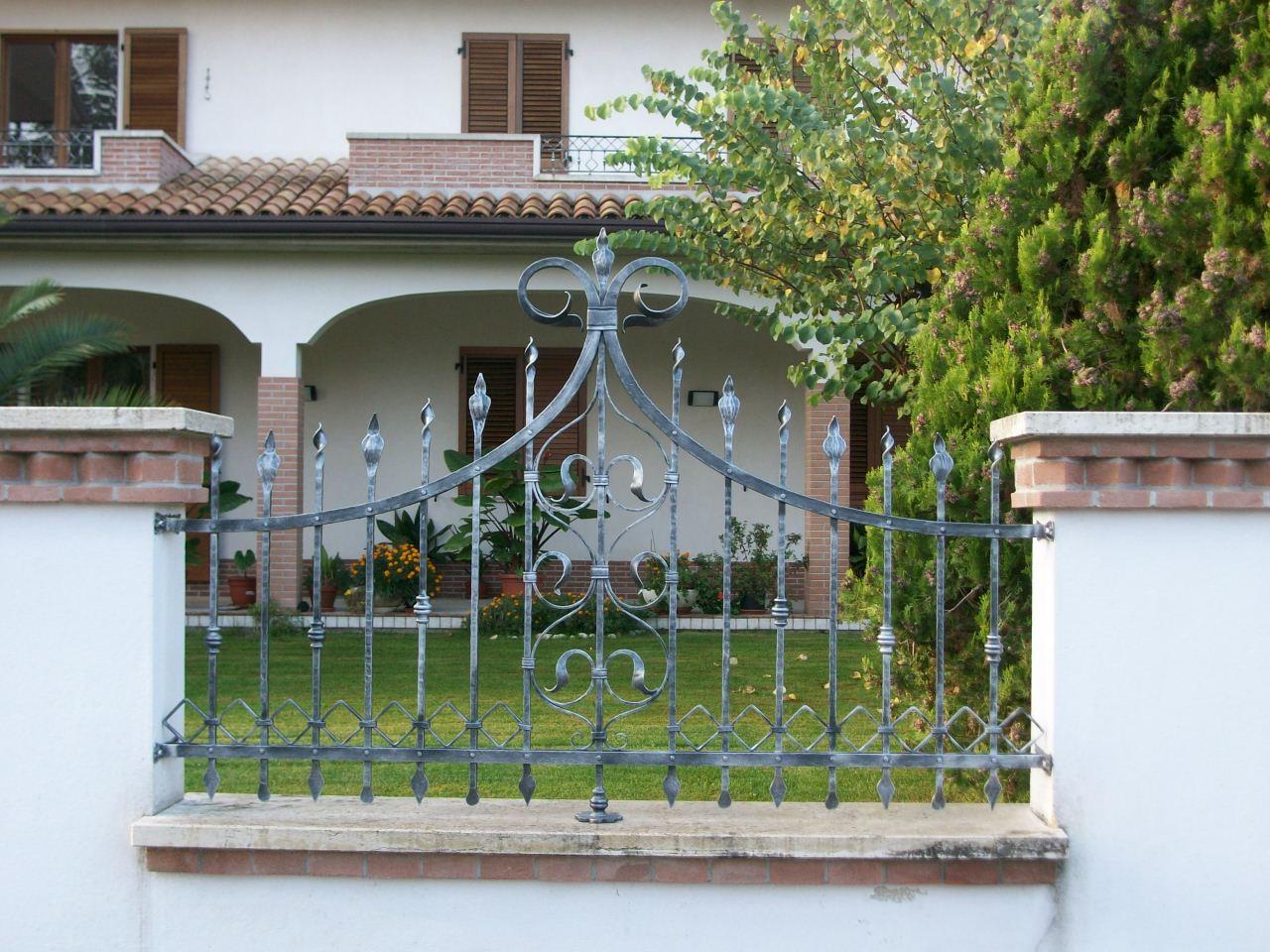 Кованый забор с декором