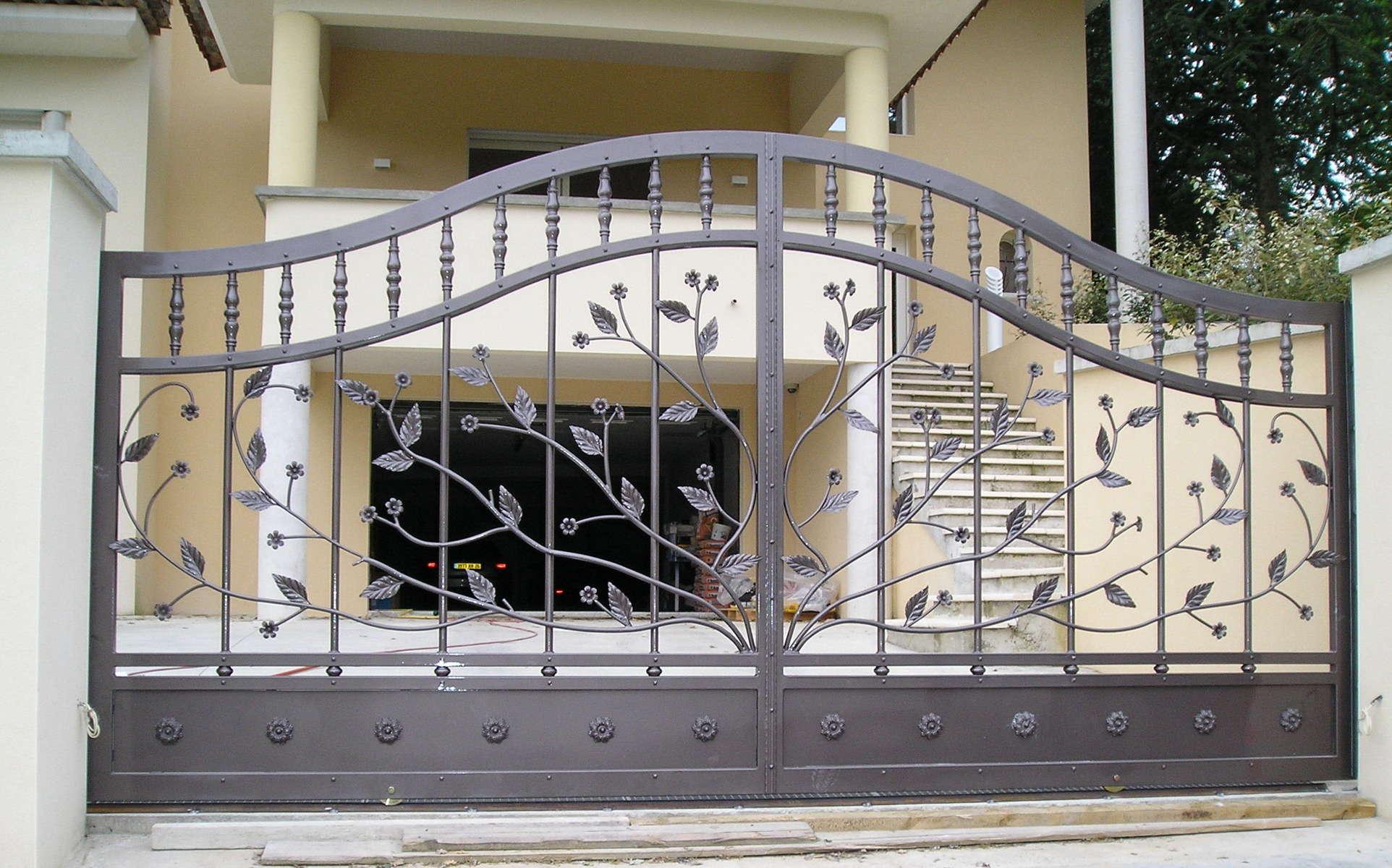 Кованый забор с изображением дерева