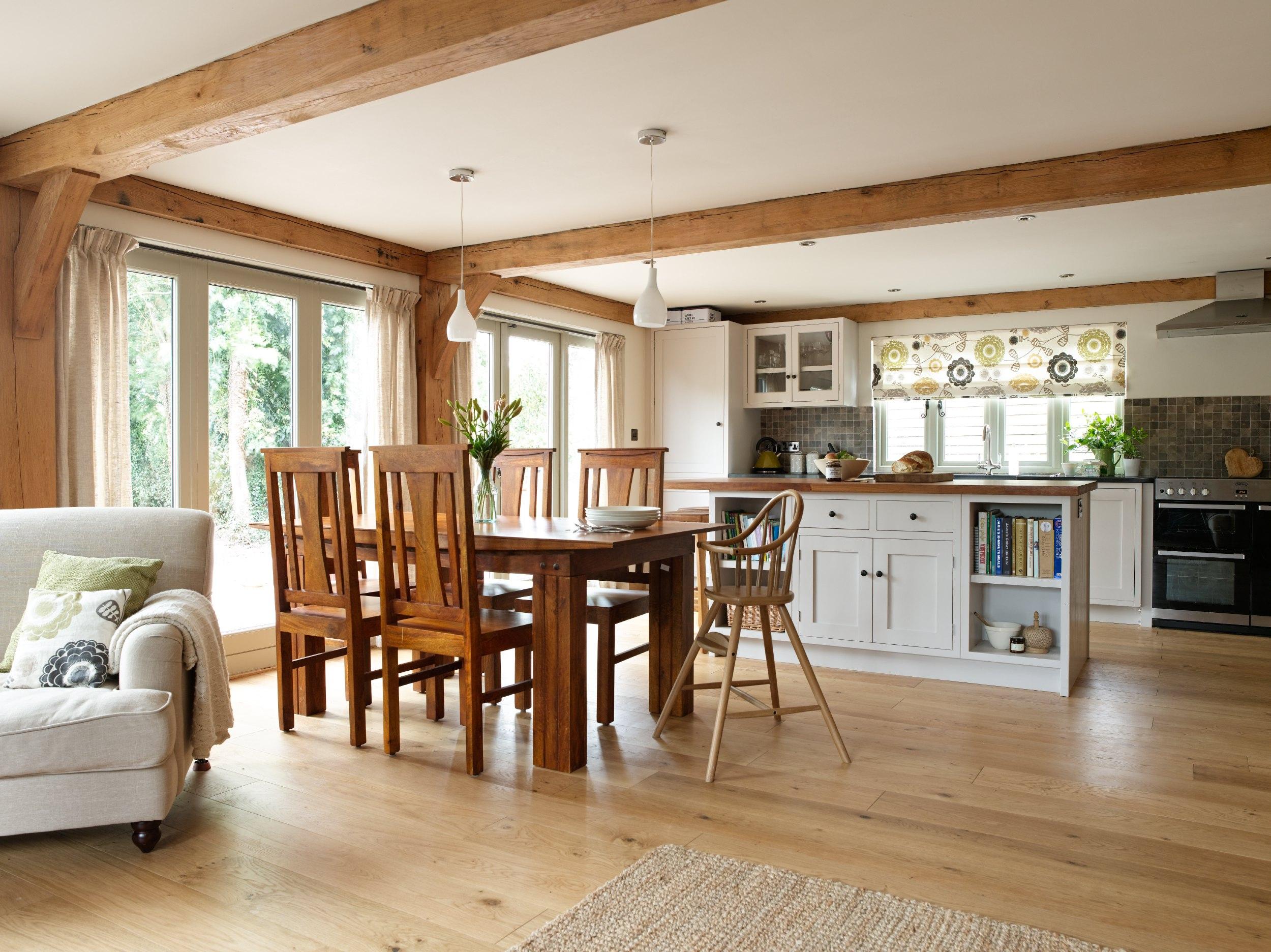 Зонирование кухни и гостиной в деревенском стиле