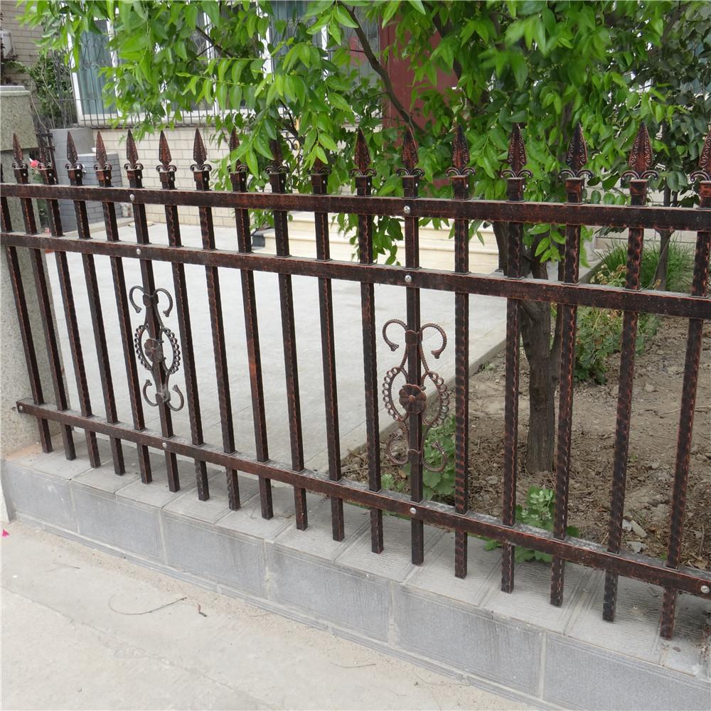 Фигурный кованый забор