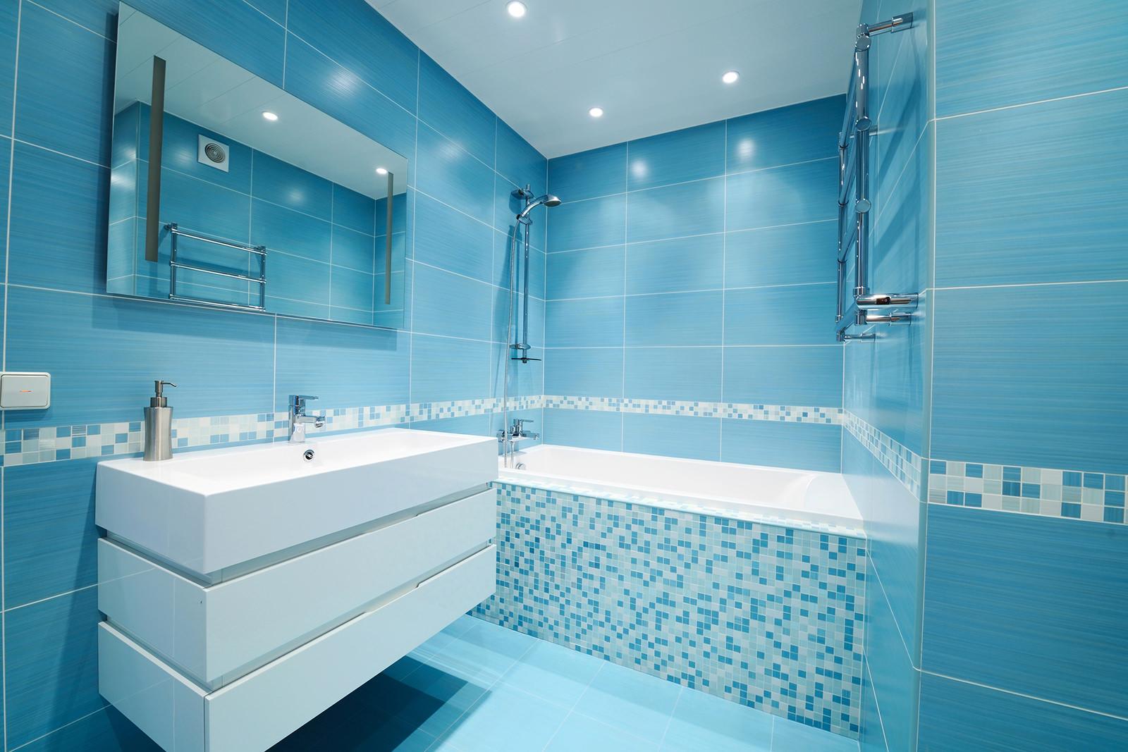 Современная бело-голубая ванная комната