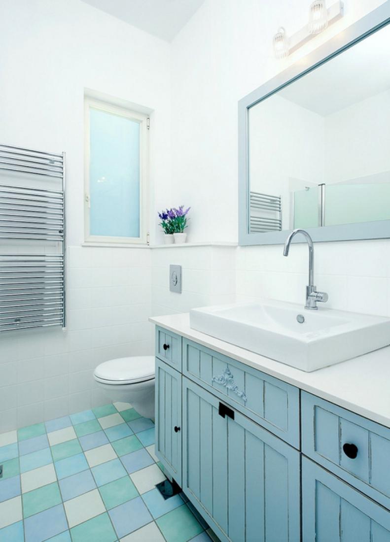 Голубая тумба в ванной