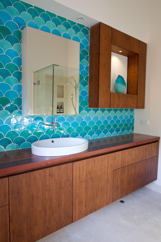 Голубая и зеленая плитка в ванной
