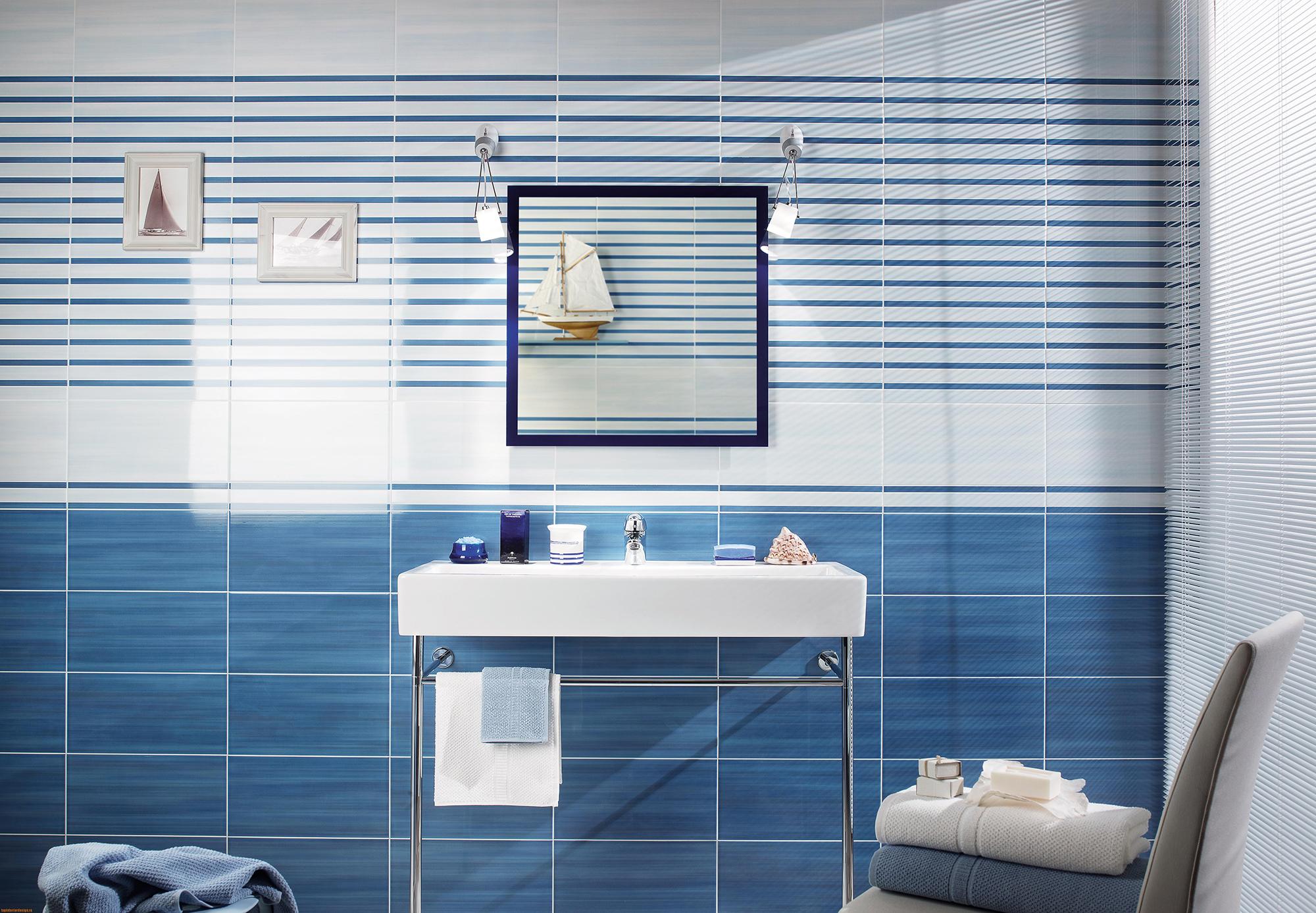 Интересный декор для голубой ванной комнаты