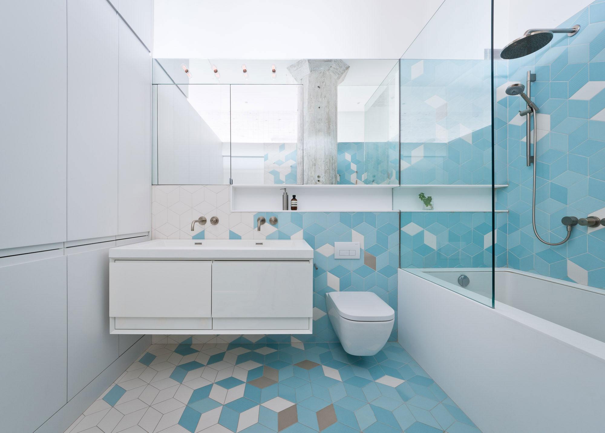 Современная голубая ванная комната