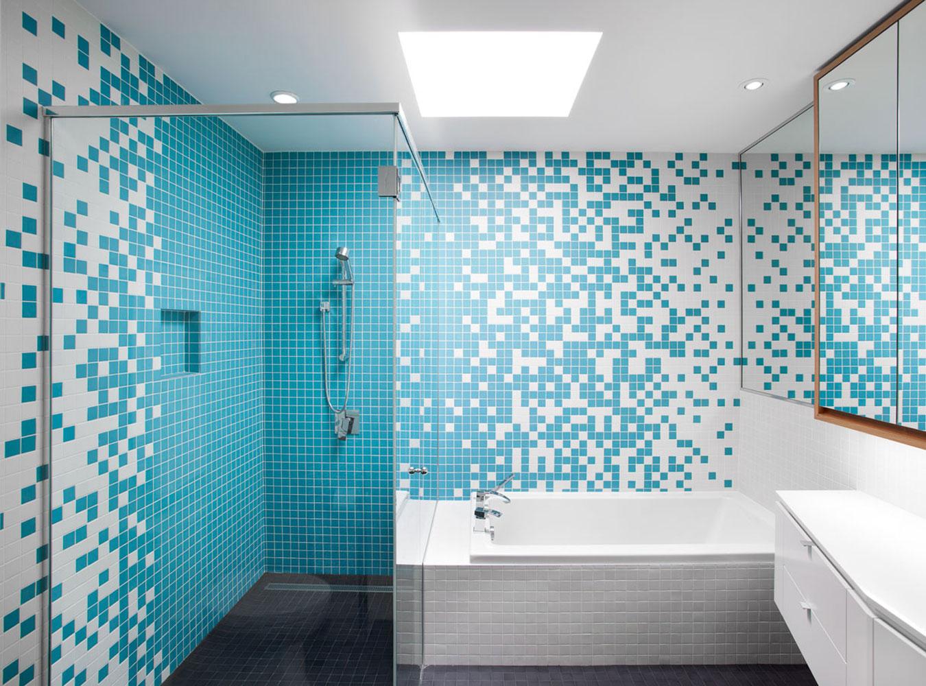 Бело-голубая ванная комната с квадратной плиткой