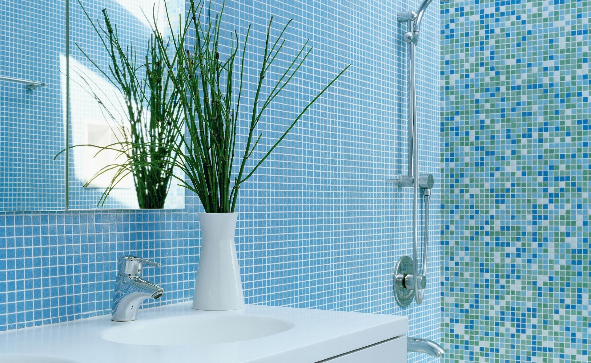 Голубая и разноцветная мозаика в ванной комнате