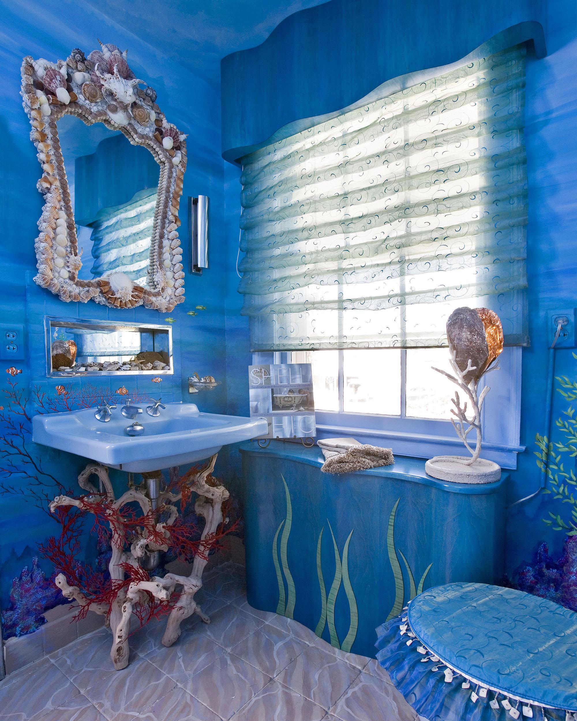 Сине-голубая ванная с темным потолком