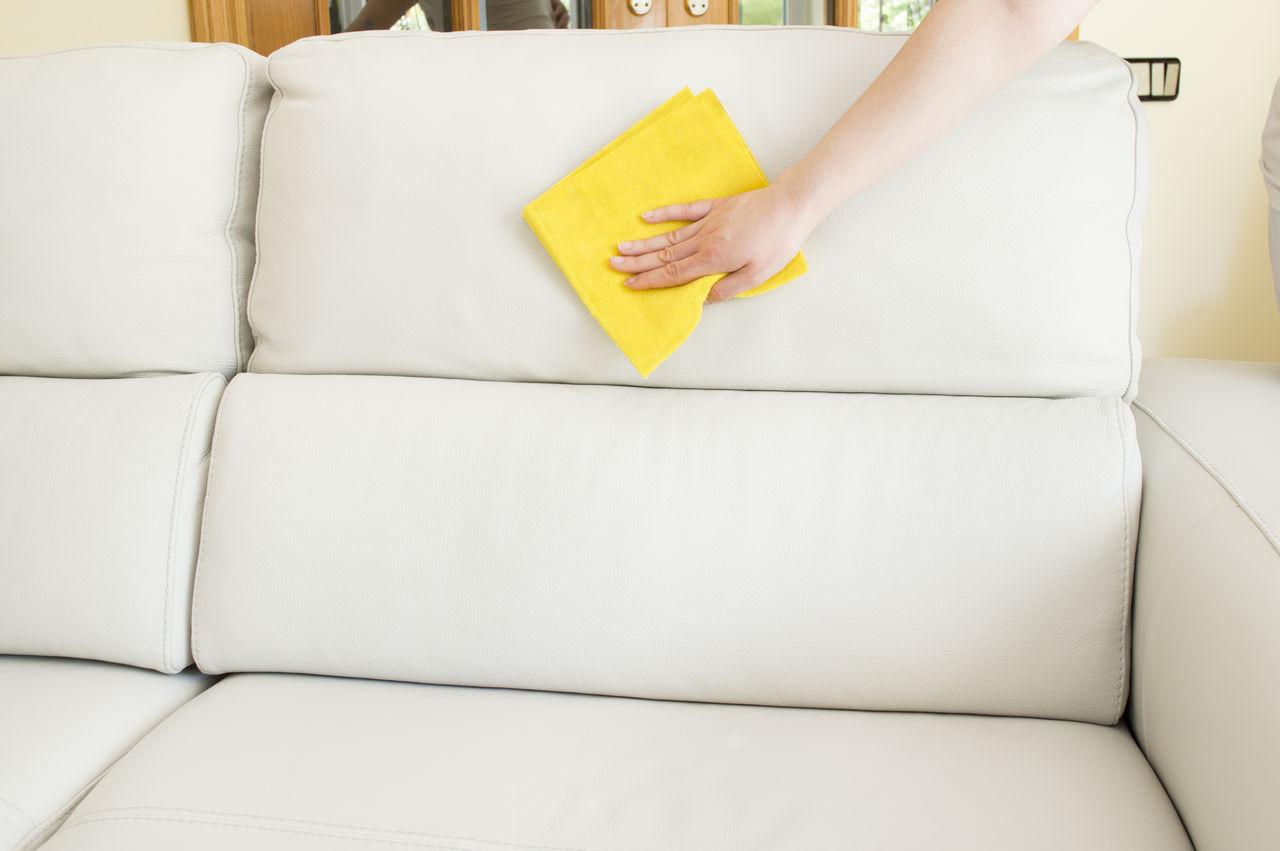 Как эффективно и быстро почистить диван