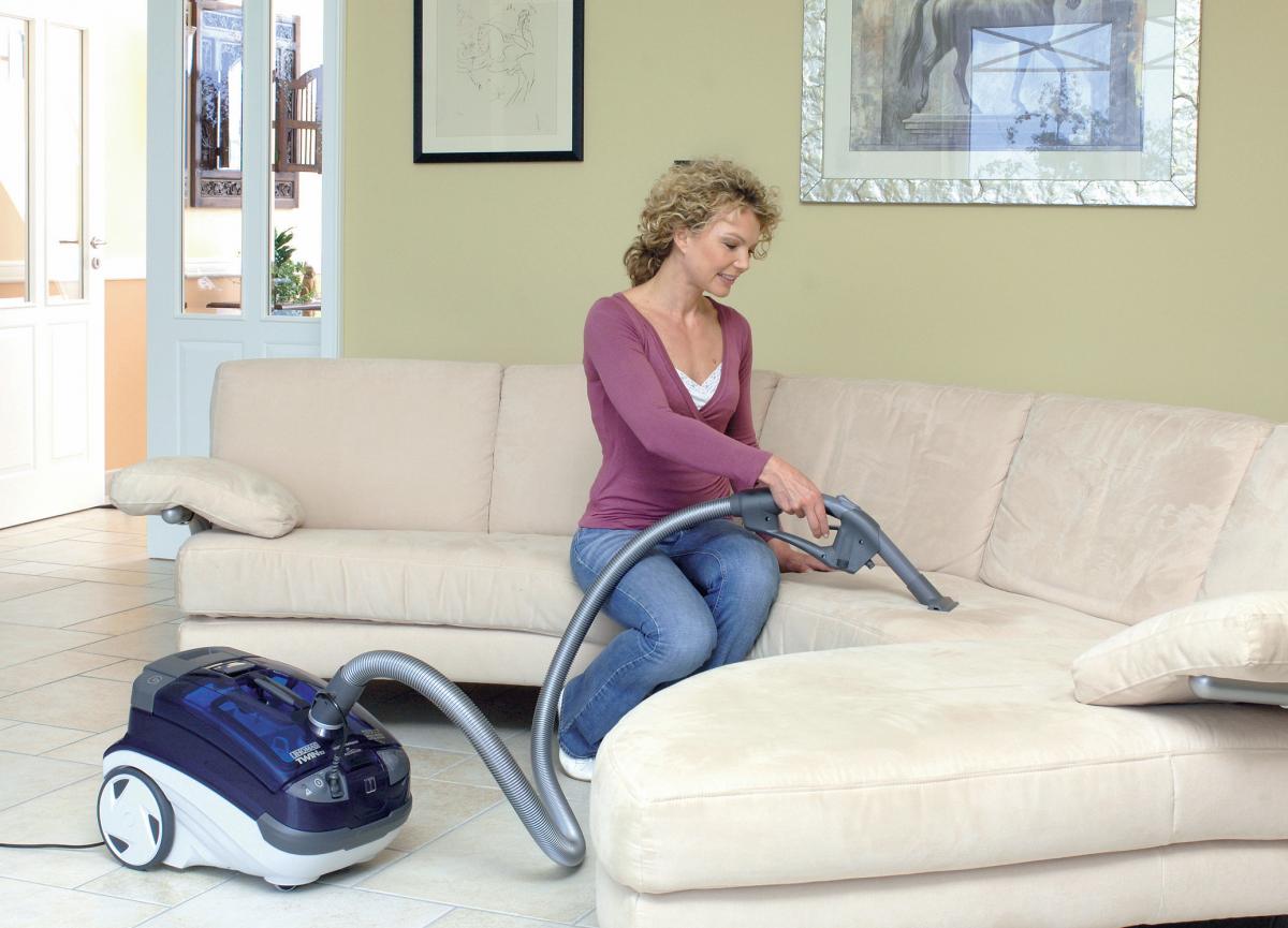 Чистка дивана от пыли пылесосом