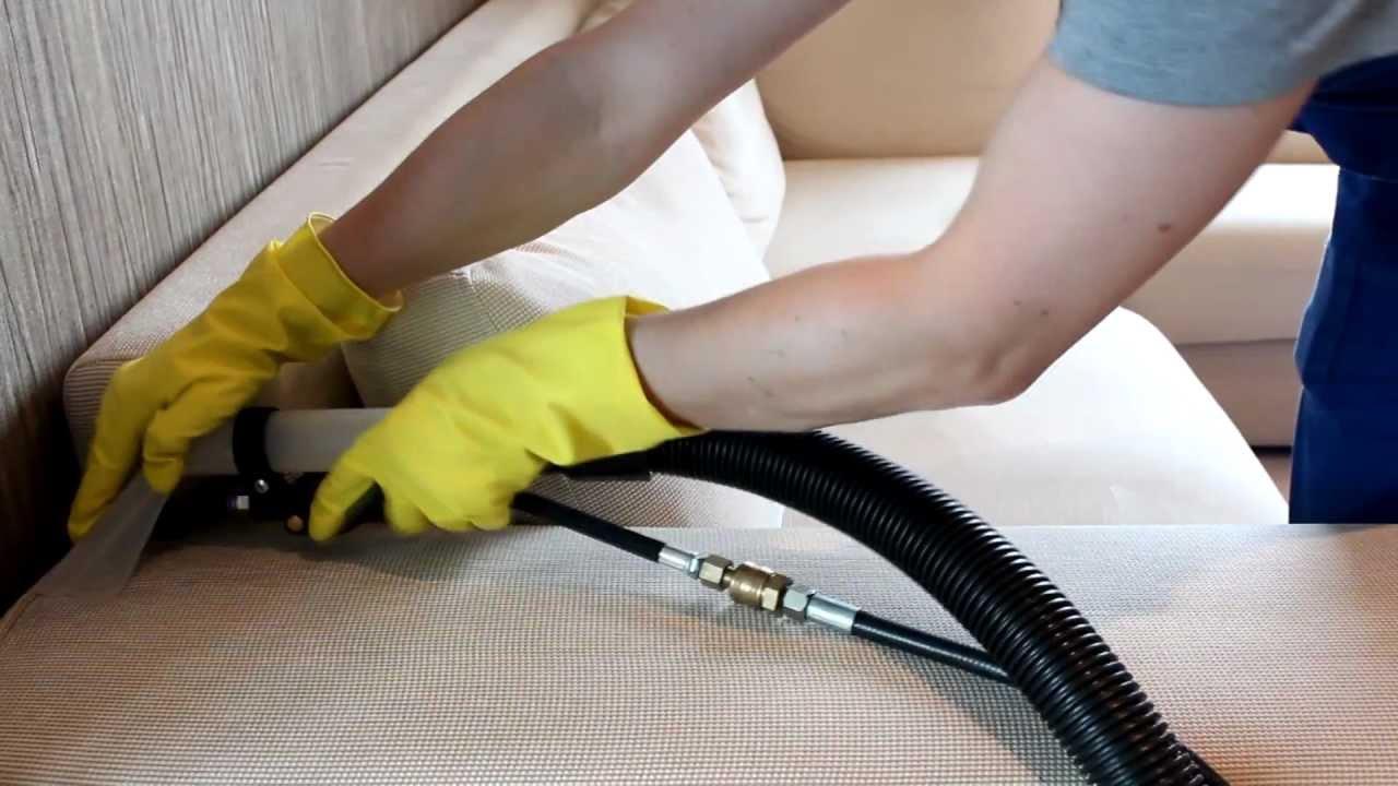 Процесс чистки дивана