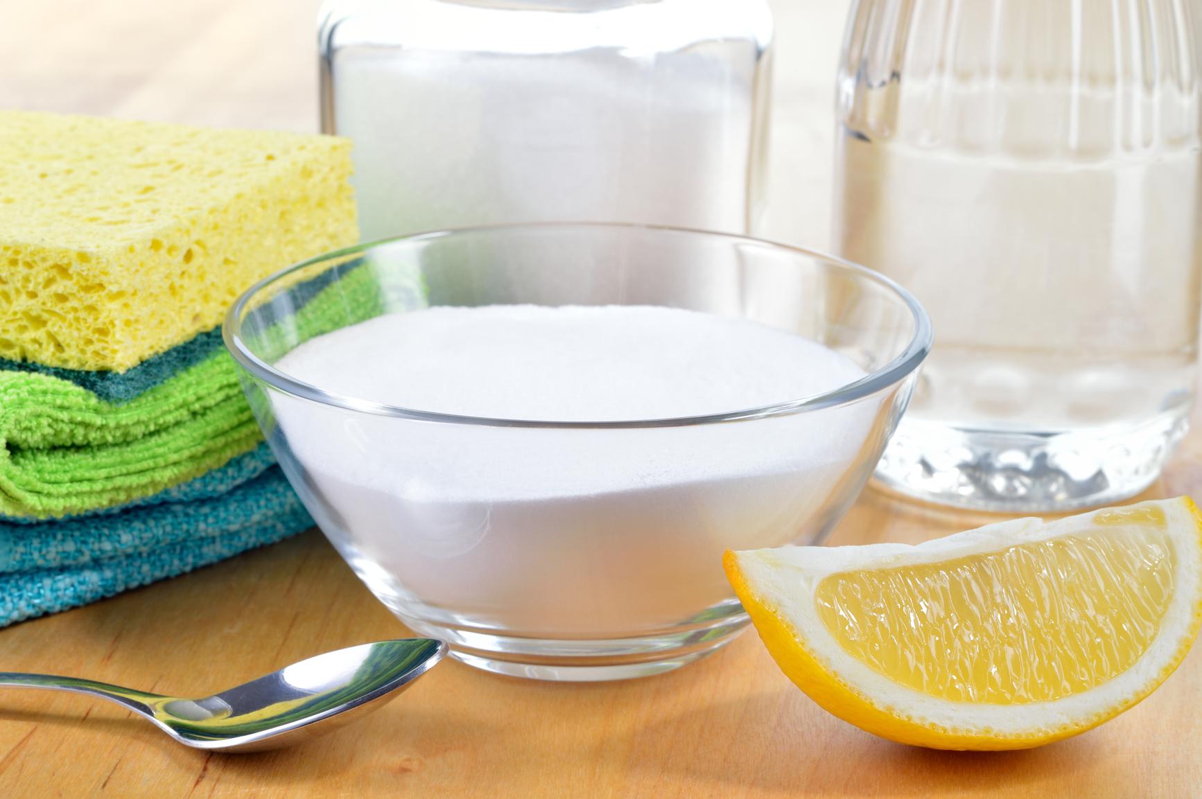 Очистить микроволновку можно с помощью соды и лимона