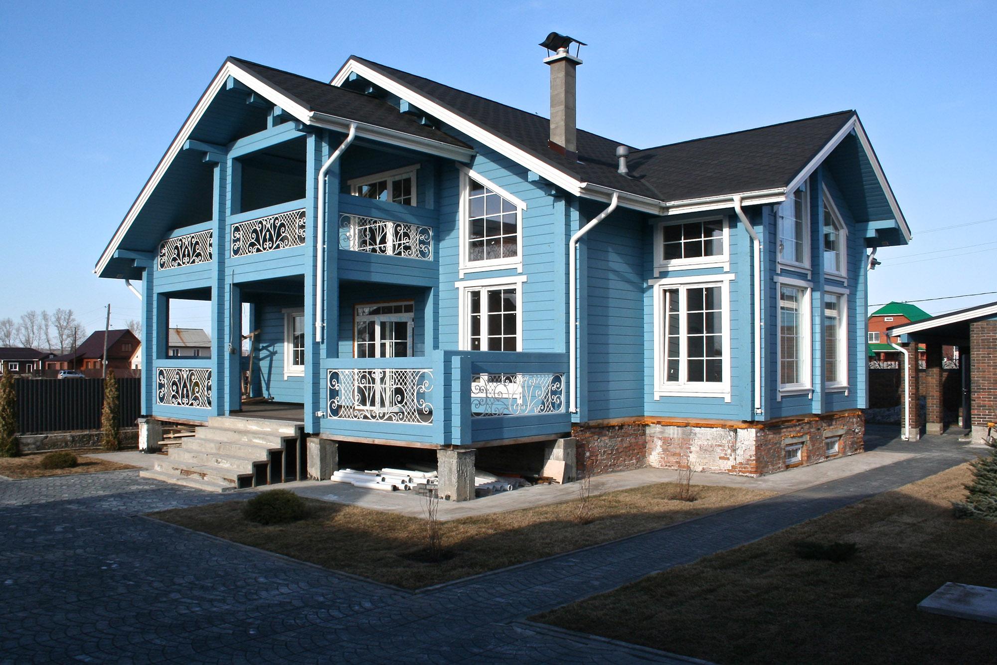 Крашенный деревянный дом