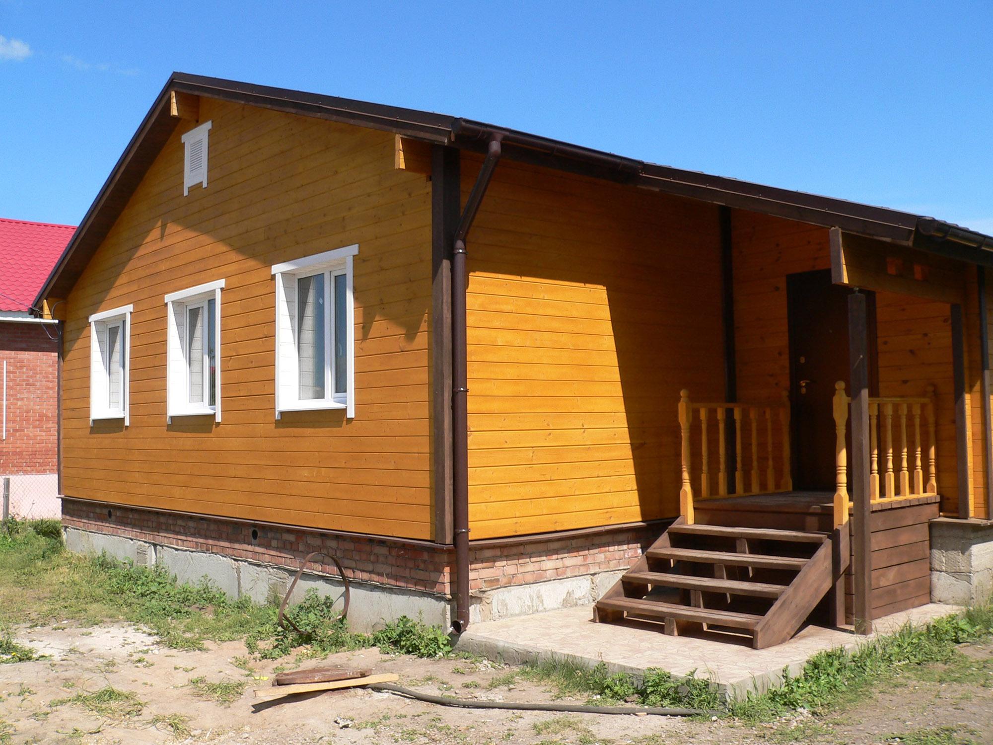 Крашенный коричневый деревянный дом