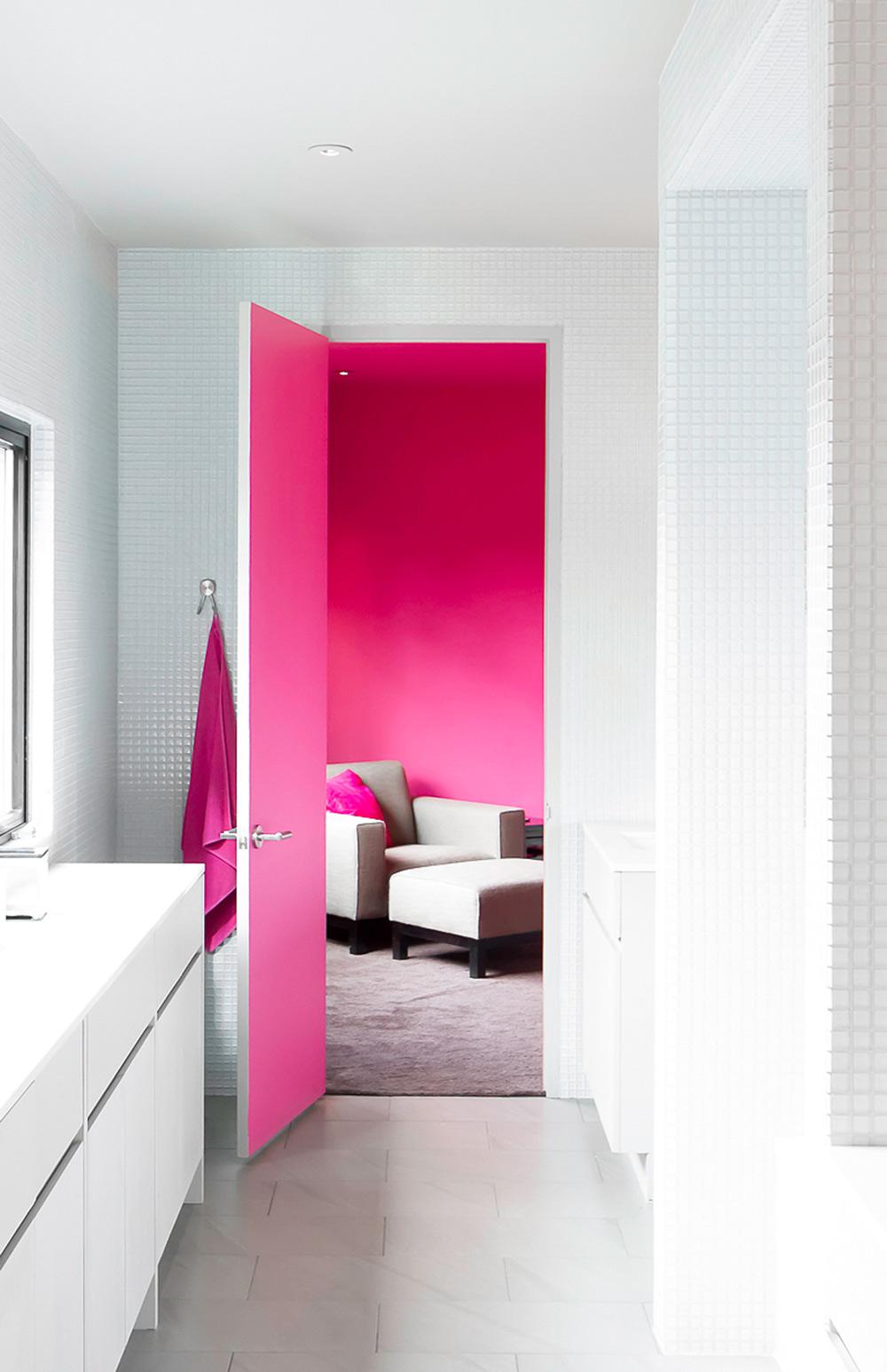 Бело-розовая покрашенная межкомнатная дверь