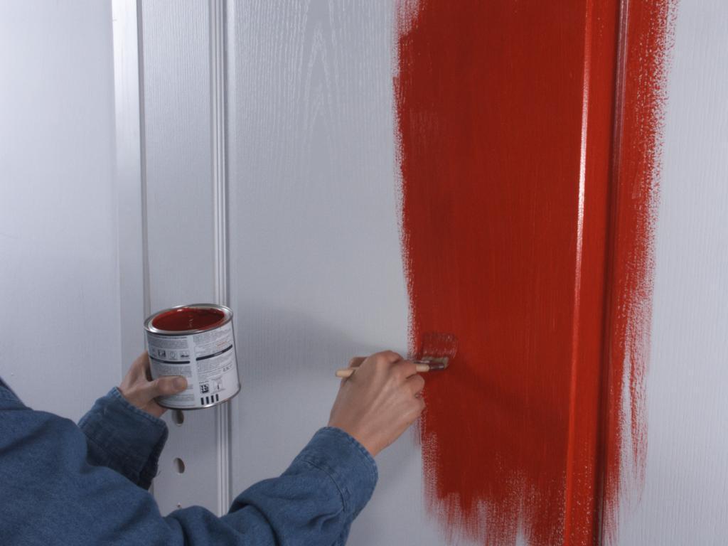 Покраска белой двери красной краской