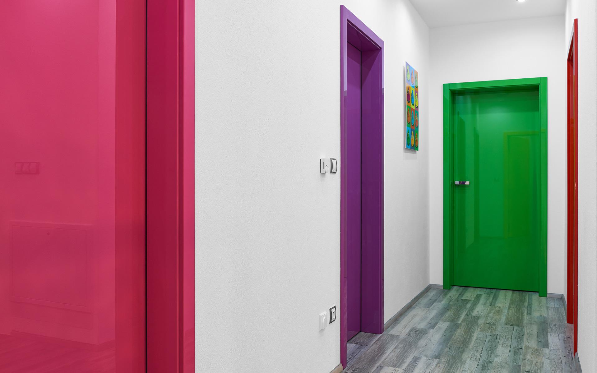 Разноцветные двери в интерьере