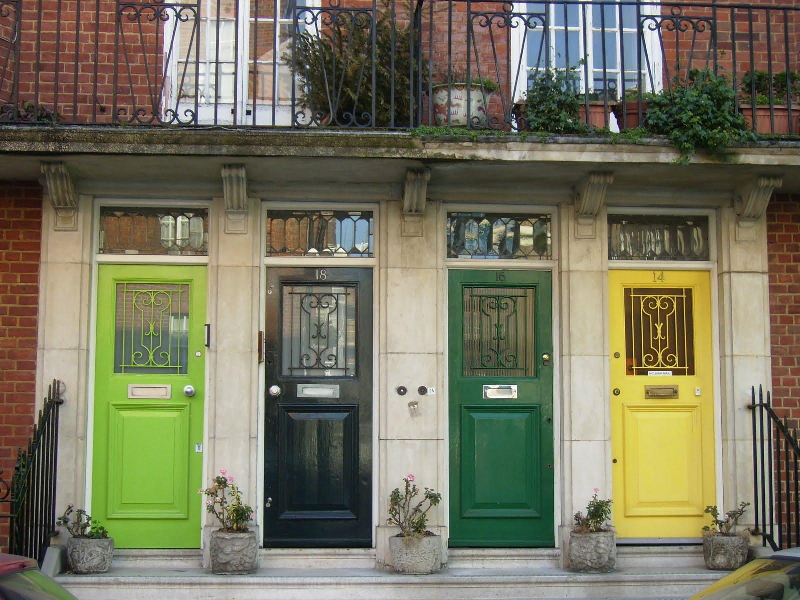 Покрашенные разноцветные входные двери