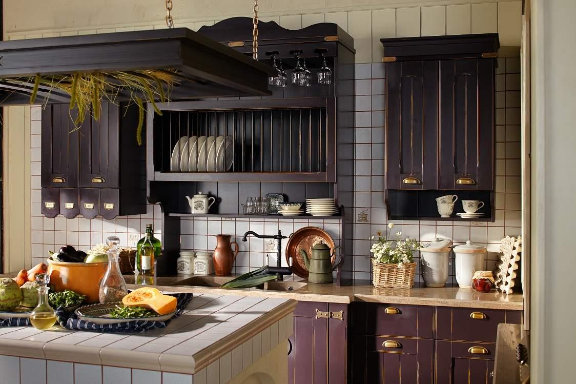 Крашеный деревянный фасад кухни