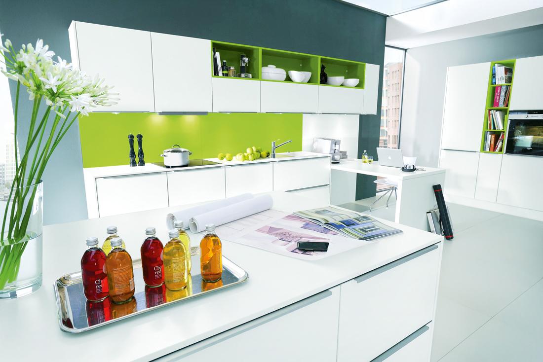 Крашеный фасад современной кухни