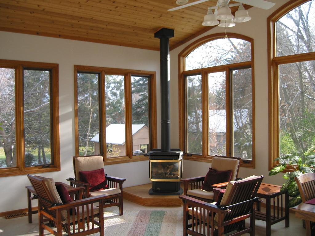 Крашенные деревянные окна в доме